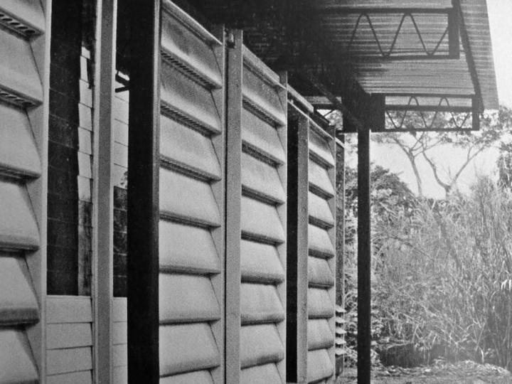 Jean Prouvé & Atelier d'architecture LWD Prototype à charpente métallique pour habitat et école en zone tropicale, programme de scolarisation Sofra, Cameroun, 1958/1964.