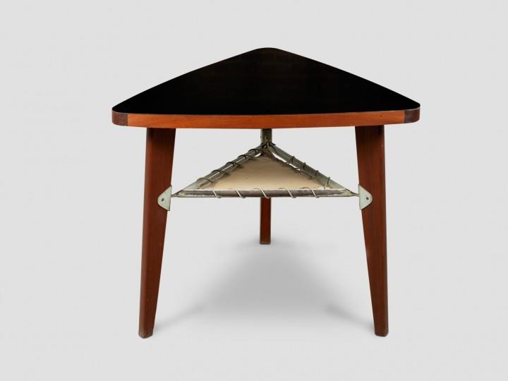 Pierre Jeanneret, 1896-1967 Guéridon triangulaire, réalisé par les Ateliers Jean Prouvé vers 1950. ADAGP